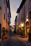 Via (toscana) italiana tipica di notte Immagini Stock