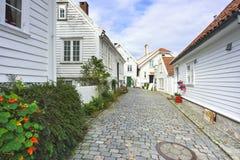 via tradizionale del ciottolo con le case di legno nella vecchia città di Stavanger, Norvegia Immagine Stock Libera da Diritti