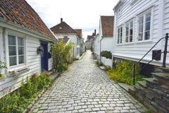 via tradizionale del ciottolo con le case di legno nella vecchia città di Stavanger, Norvegia Fotografie Stock Libere da Diritti