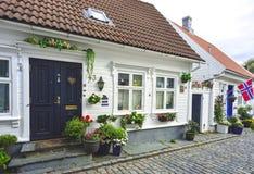 via tradizionale del ciottolo con le case di legno nella vecchia città di Stavanger, Norvegia Immagini Stock
