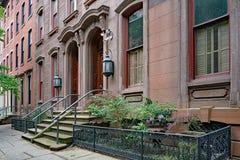 Via urbana con le vecchie case urbane di stile del brownstone immagine stock libera da diritti