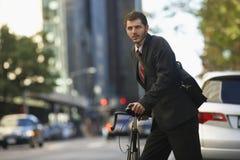 Via urbana di With Bicycle On dell'uomo d'affari immagini stock libere da diritti
