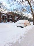 Via urbana di inverno con i lotti di neve fotografia stock