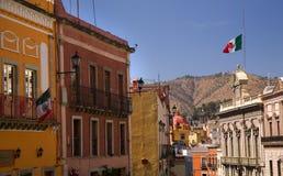 Via variopinta con le bandierine Guanajuato Messico Immagine Stock Libera da Diritti