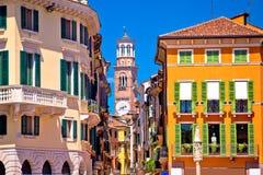 Via variopinta di Verona e vista della torre di Lamberti fotografie stock libere da diritti