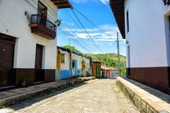 Via variopinta e vecchia in Charala, Colombia fotografia stock