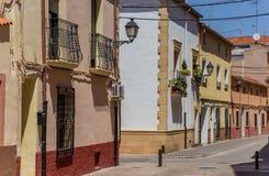 Via variopinta nella vecchia città di Almansa Fotografia Stock