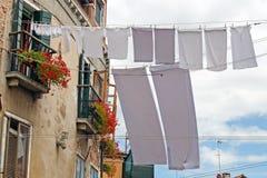 Via a Venezia con il lavaggio appeso fuori Fotografia Stock