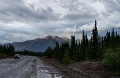 Via vuota con il panoarama della montagna nell'Alaska Stati Uniti di Immagini Stock Libere da Diritti