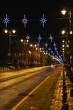 Via vuota di inverno con le decorazioni di Natale Fotografia Stock