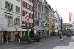 Via a Zurigo, decorata con le bandiere, la Svizzera Immagini Stock Libere da Diritti