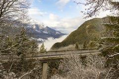 Viadotto con paesaggio alpino Immagine Stock