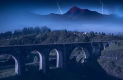 Viadotto del ponte nei Carpathians notte fotografia stock