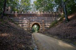 Viadotto di pietra nel parco Immagine Stock