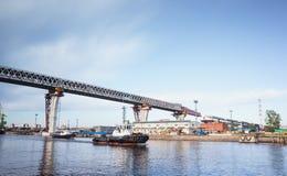 Viadotto sopra il canale del mare sull'isola di Kanonersky Fotografia Stock