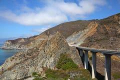 Viaduc énorme sur la route de montagne Photographie stock libre de droits