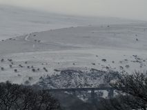 Viaduc de Meldon dans la neige avec la colline de Longstone à l'arrière-plan, Dartmoor image stock
