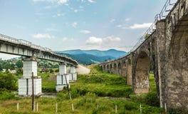 Viaduc de pont dans les Carpathiens Photographie stock libre de droits
