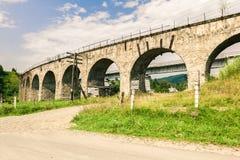 Viaduc de pont dans les Carpathiens Images stock