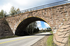 Viaduc en pierre au-dessus de la route Images libres de droits