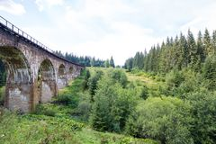 viaduct Старые действующие viaductCarpathians солнечная погода Горы Сочная природа стоковое фото rf