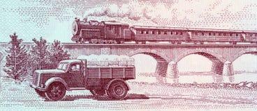 Viaduct do cruzamento do comboio de passageiros do caminhão e do vapor imagens de stock