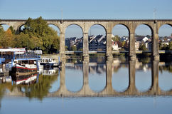 Viaduct op rivier Mayenne in Laval in Frankrijk Stock Foto's