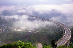Viaducto de la carretera en niebla imagen de archivo