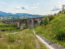 Viaducto del puente en los Cárpatos Foto de archivo