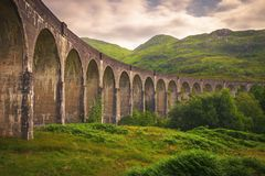 Viaducto ferroviario de Glenfinnan en Escocia con el vapor t de Jacobite imagenes de archivo