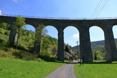 Viaducto ferroviario de Zeleznicni cerca de Liberec en Rep?blica Checa fotos de archivo