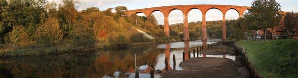 Viaducto sobre el Esk. Fotografía de archivo