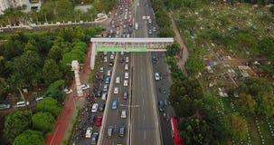 Viaductweg met overvol voertuig stock videobeelden