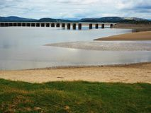 Viadukt över den Kent River breda flodmynningen, Arnside, Cumbria Arkivbilder