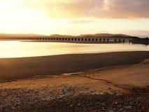 Viadukt över Kent Estuary, Cumbria, på solnedgången royaltyfria bilder