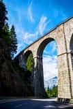 Viadukt, der über die weiße Landstraße von Mont Blanc überschreitet stockbild