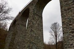 Viadukt im Tal Stockfotografie
