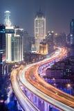 Viaduktväg till och med mitten av staden på natten fotografering för bildbyråer