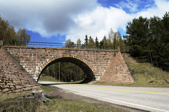 Viaduto de pedra sobre a estrada Fotos de Stock Royalty Free