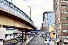 Viaduto e prédios de escritórios no distrito financeiro de Japão Osaka foto de stock
