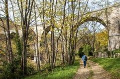 Viaduto perto da vila de Sumene, Gard, França do sul fotos de stock