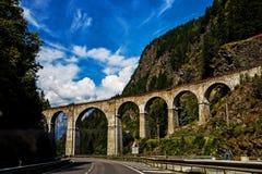 Viaduto que passa sobre a estrada branca de Mont Blanc imagem de stock