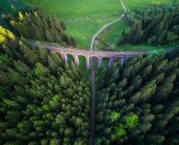 Viaduto railway histórico perto de Telgart em Eslováquia fotografia de stock royalty free