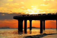 Viaduto sob a silhueta do por do sol Fotografia de Stock