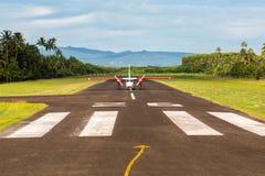 Viagem aérea em Fiji, Melanesia, Oceania Um avião pequeno da hélice apenas aterrou a uma pista de aterrissagem remota Cidade de L fotografia de stock royalty free