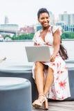 Viagem afro-americano nova da mulher, trabalhando em New York imagens de stock