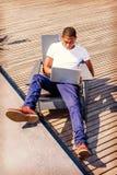 Viagem afro-americano nova do homem, trabalhando no laptop fotos de stock