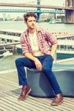 Viagem americana nova do homem, relaxando em New York Imagens de Stock Royalty Free