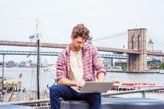 Viagem americana nova do homem, trabalhando em New York Fotografia de Stock Royalty Free