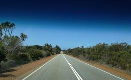 Viagem ao longo da estrada de Eire através das planícies de Nullarbor imagem de stock royalty free